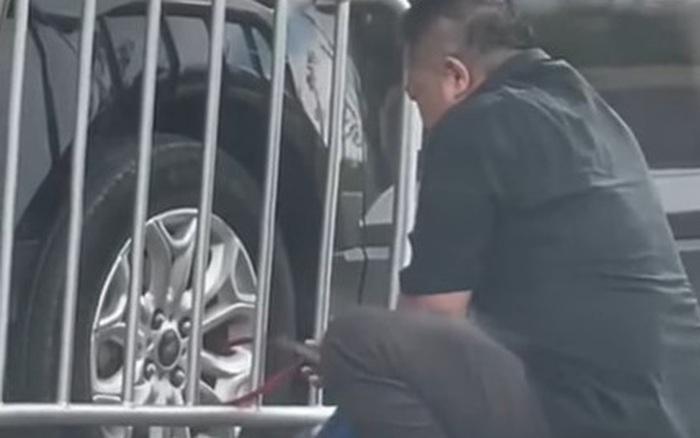 Bị bảo vệ khóa lốp vì đỗ 'chùa', chủ nhân chiếc xe hì hục tự cắt khóa như đi... ăn trộm